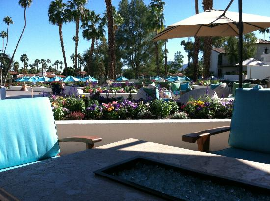Omni Rancho Las Palmas Resort & Spa: Central area and outdoor seating near grill