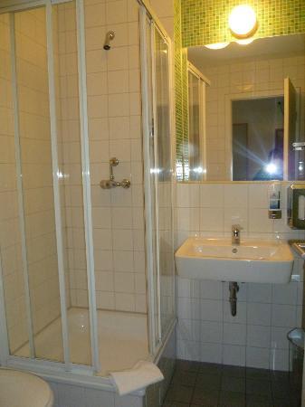 MEININGER Hotel Berlin Alexanderplatz: Baño razonable