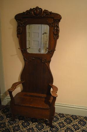 Silverado Franklin Historic Hotel & Gaming Complex: Chair in Hallway