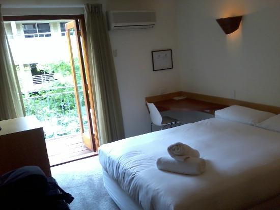 Sullivans Hotel: Bedroom with desks and flat screen T.V