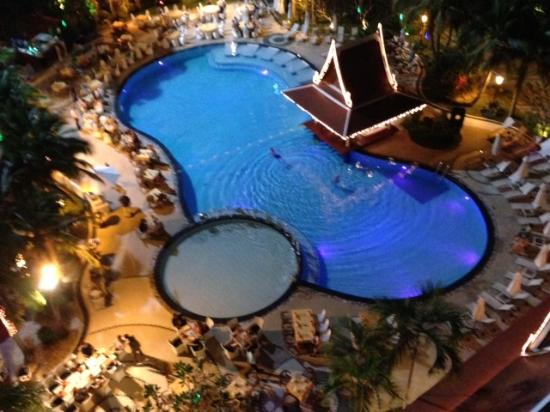 Mercure Pattaya Hotel: Dining at the pool