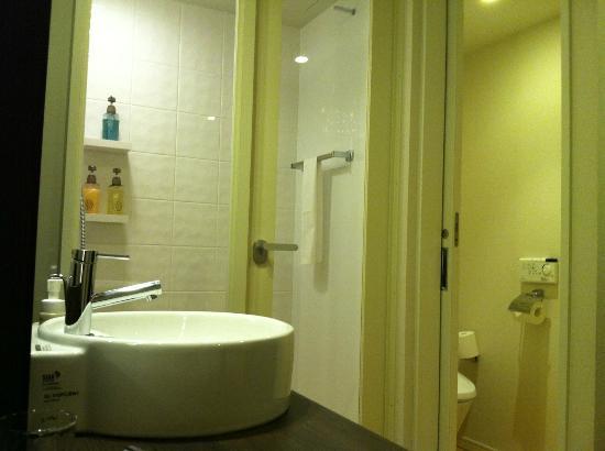 มิตซุย การ์เด้น โฮเต็ล โยสึย่า: shower room
