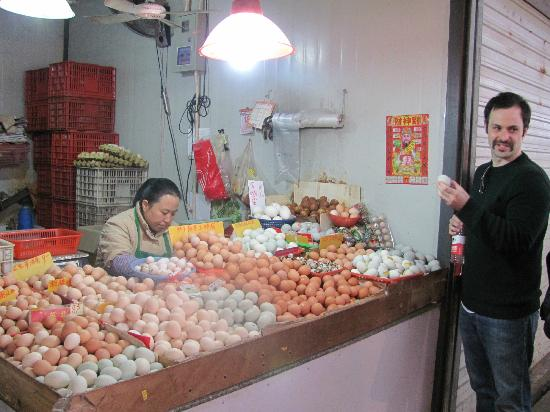 Shanghái, China: Eggs stall at the market