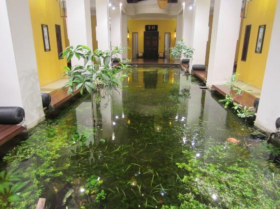 Shanghai Mansion Bangkok: fish pond at 1st floor