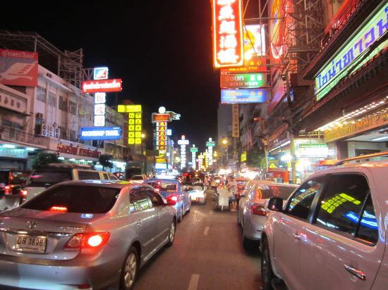 Shanghai Mansion Bangkok: Chinatown Street from hotel