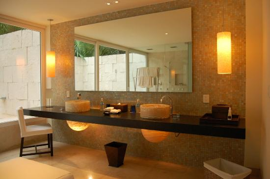Blue Diamond Luxury Boutique Hotel: Bathroom at lagoon-side junior suite
