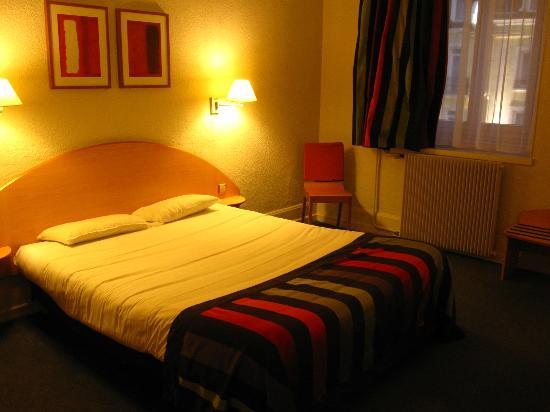 Kyriad Dijon - Gare: 快適なベッドでした。部屋も十分広かったです。湯沸かし器もコーヒーも付いていてうれしかったです。