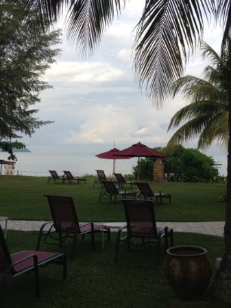 PARKROYAL Penang Resort, Malaysia: ビーチに向かって