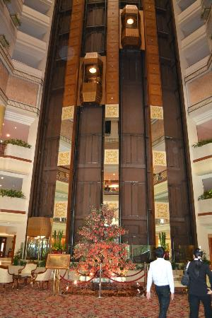 The Emerald Hotel : Groovy foyer
