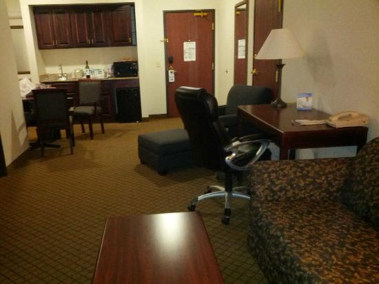 Holiday Inn Express & Suites Le Mars: Two room suite... looking towards dor