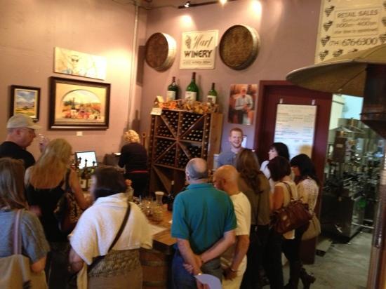 Hart Winery: 混み合うハートワイナリー 活気あります