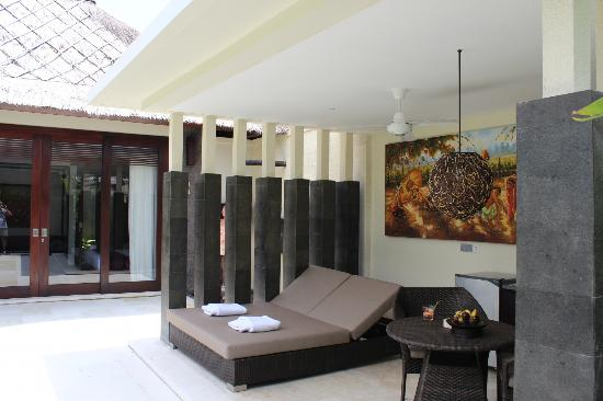 Mahagiri Villas: Pool dining area