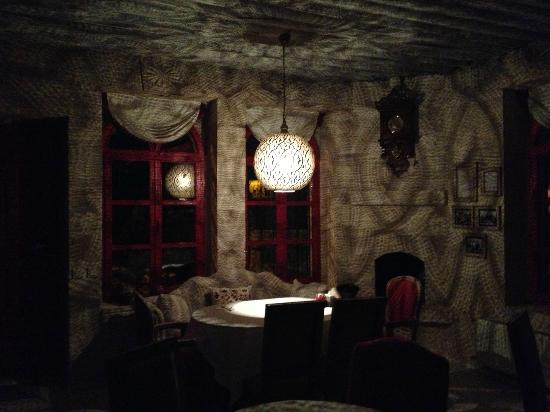 Hezen Cave Hotel : night light in the dining room