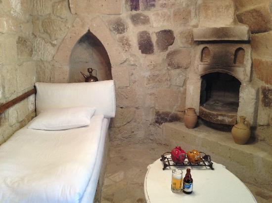 Hezen Cave Hotel: guest bed