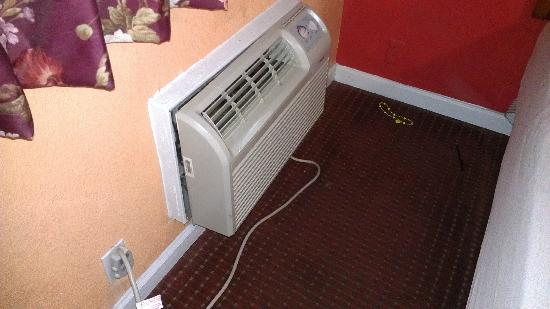 Parkway Inn: none adjustable A/C !