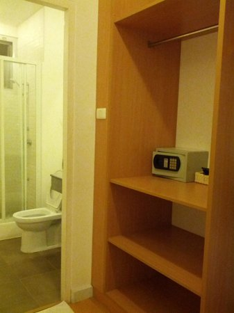 Studio 99 Serviced Apartments: closet and bathroom