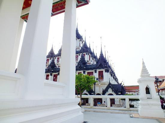 Wat Ratchanatdaram Woravihara (Loha Prasat): buildings
