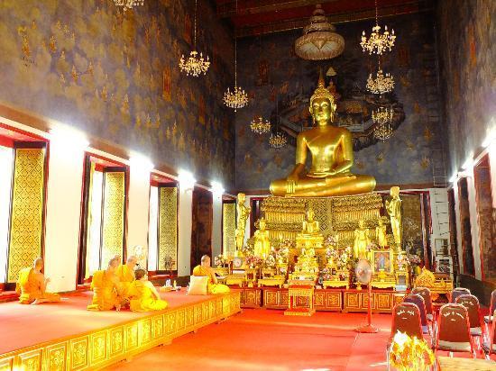 Wat Ratchanatdaram Woravihara (Loha Prasat): inside wat