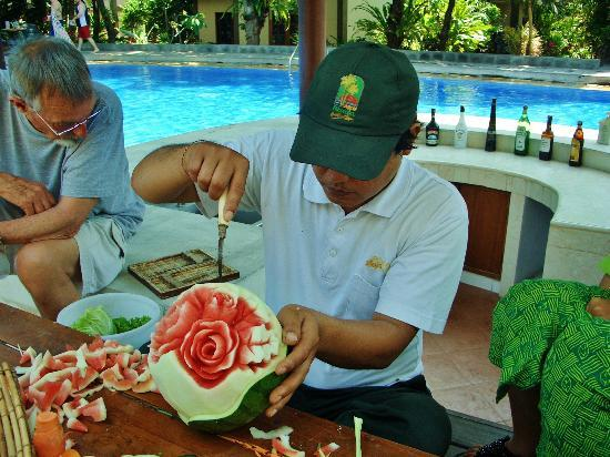 Risata Bali Resort & Spa: Fruit carving demonstration