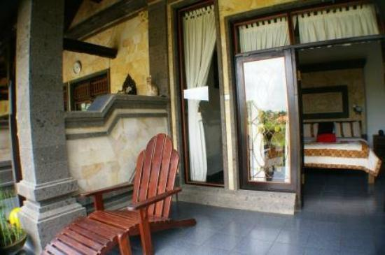 Kunang-Kunang Guesthouse: Area in front of Room with easy chair.