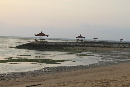 Griya Santrian: View from the pool/beach