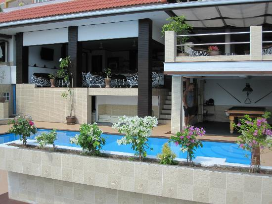 Swiss Villas Panoramic : piscine, bar lounch