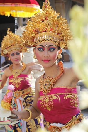 Griya Santrian: Balinese dancers organised by Griya for our Wedding