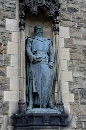 "Castelo de Edimburgo: Statue of William Wallace (Remember the hero in the movie ""Brave Heart""?"