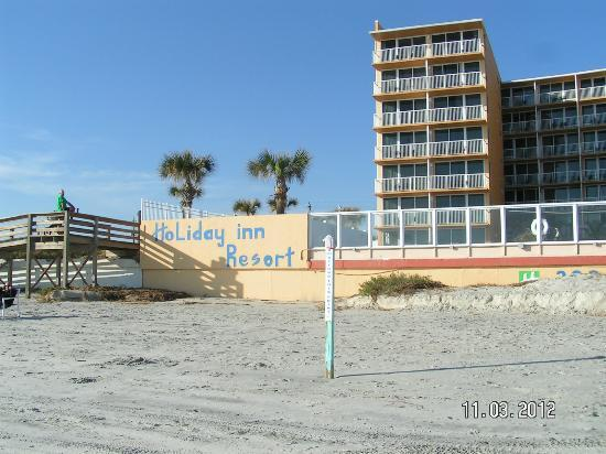 Holiday Inn Resort Daytona Beach Oceanfront: view of the hotel and Holiday Inn Resort sign on the beach