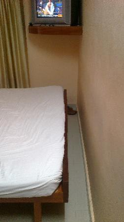 Hotel KPM Regency : Very congested dlx double room