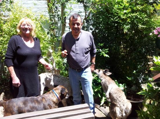 Comet Inn : Hostess Kathy & her roo - Boomer