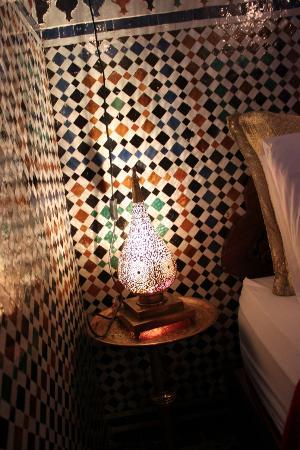 Riad d'Or: lampada sul comodino