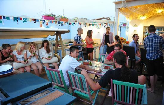 Hostel Malti: Roof terrace, BBQ table