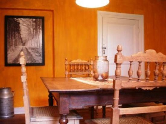 Kerpa : La salle à manger et... son placard mural (non ce n'est pas une porte :-)