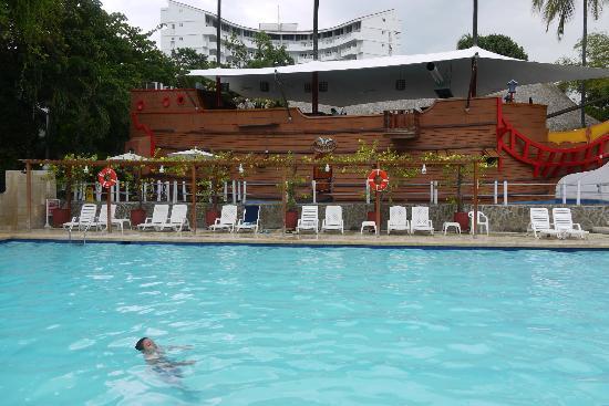 Decameron Galeon: Der Pool - im Hintergrund eines der Restaurants