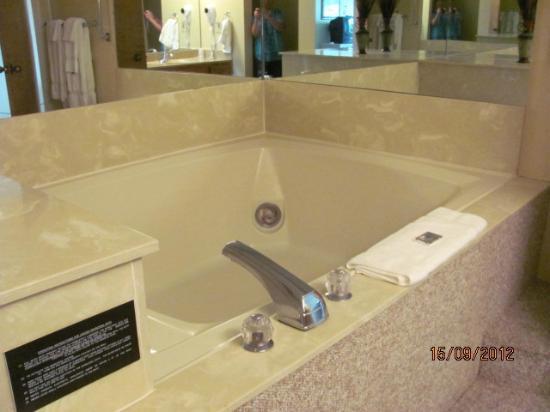 SunBay Resort: Jacuzzi, Master Bath