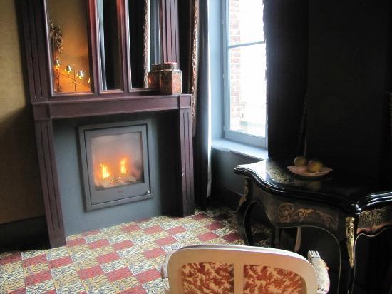 أوتل داي سواين: fireplace 