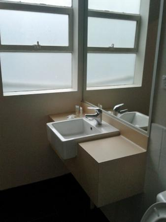 ibis Styles Kingsgate Hotel: Vanity and window in bathroom