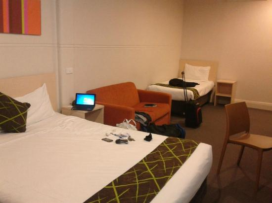 ibis Styles Kingsgate Hotel: Long shot showing main bed and single bed