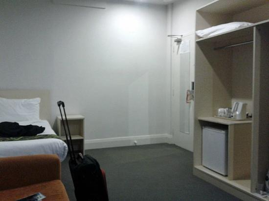 ibis Styles Kingsgate Hotel: View towards the wardrobe unit and door to the room