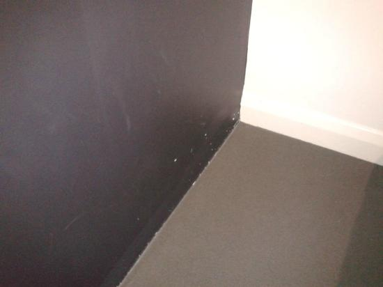 "ibis Styles Kingsgate Hotel : Scuff marks on the wall of a ''superior"" room"