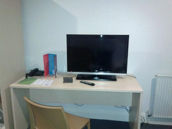 ibis Styles Kingsgate Hotel: TV unit on desk