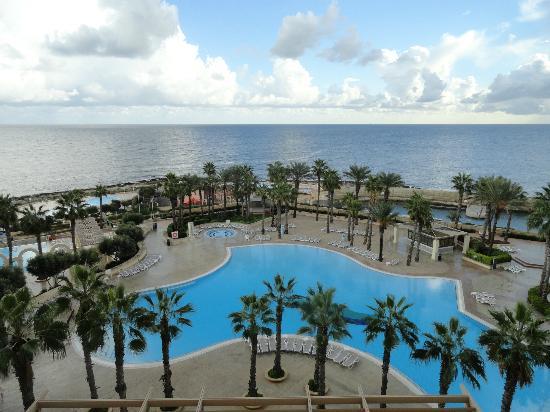 Hilton Malta: Beautiful colors of the beach and pool