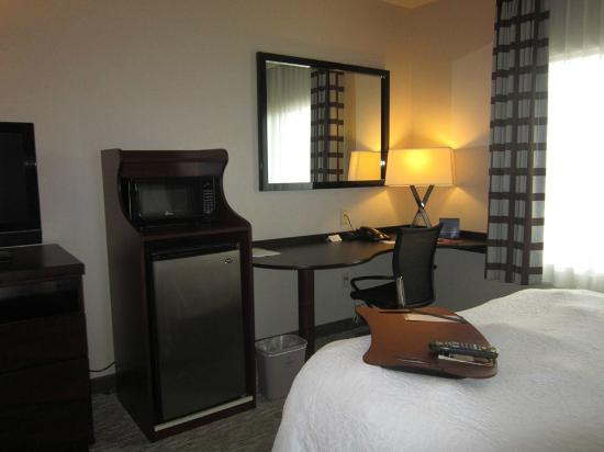 Hampton Inn Carlsbad-North San Diego County: micro/fridge and desk area
