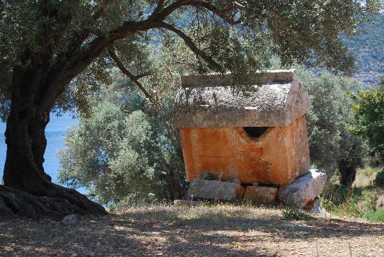 Kekova Batık Kent: Un des nombreux tombeaux Lyciens derrière le chateau de Kalekoy