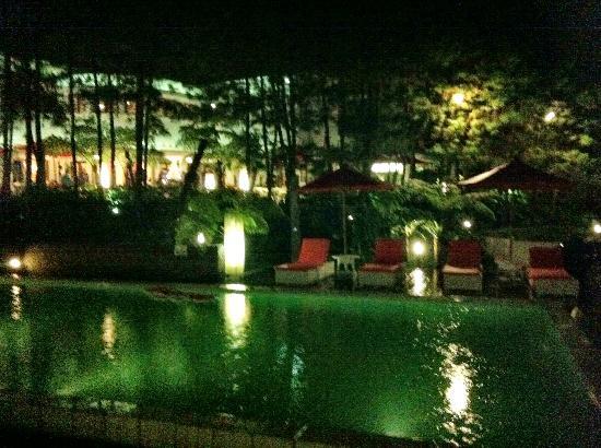 บูมี บันดาวา: Poolside