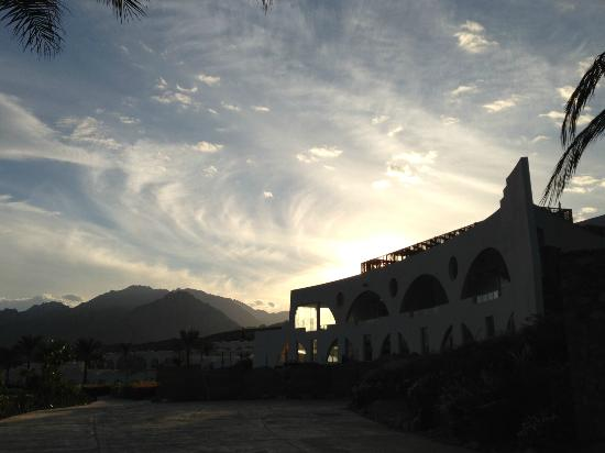 فندق لي ميريديان ذهب: Sunset over hotel