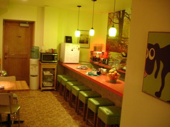 Holiday Music Motel: A picture of the Diner area in side the motel very clean and nice.