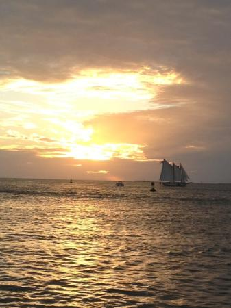 Angelina Guest House: sunset at Mallory Square