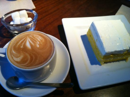 Wa Cafe Yusoshi Lumine Shinjuku ten: カフェオレとカボチャとココナツのケーキ